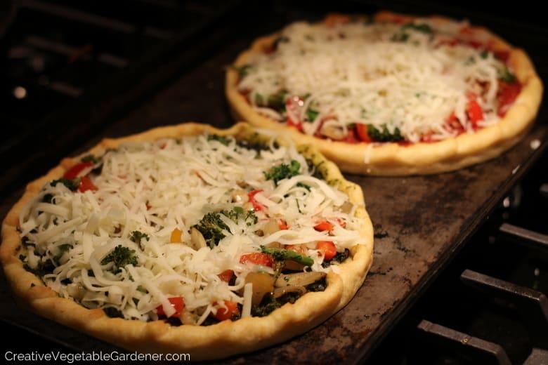 pizza du jardin au pesto de fleurs d'ail